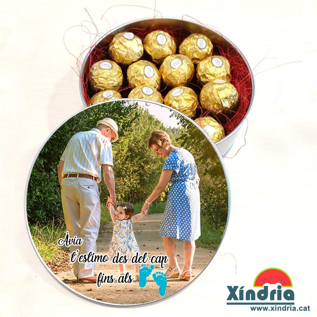 XindriaBox replerta de bombons per regalar als avis i àvies.
